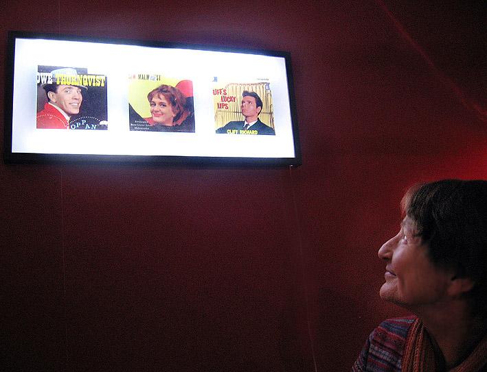 Bild 13 - Hjk GBG.Karin, kassör i Hjk GBG, spanar in sina 60-tals idoler på Café Tunna Skivor!